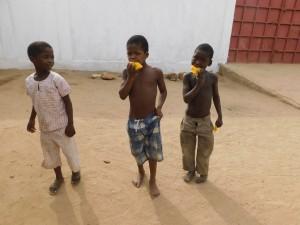 Enfants qui mangent - Togo- GlobAlong