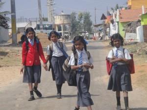 enfants sur le chemin de l'école globalong