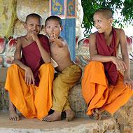 Moines au Cambodge en missiond e bénvolat avec Globalong