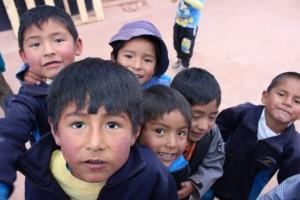 Groupe d'enfants au Perou avec Charlotte et Globalong