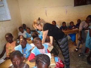 Enfants et bénévole au Sénégal avec Globalong