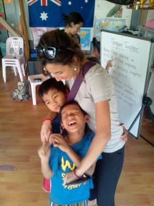 Elisa et les enfants bénévole avec Globalong
