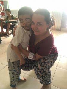 Naghma et un enfant au centre Globalong