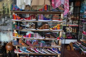 vente de chaussures colorés au P2rou Globalong excursion Amérique latine