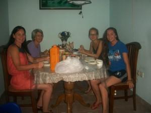 Repas entre bénévoles au Sri Lanka Globalong